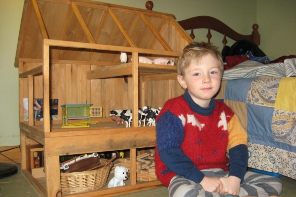 sam-with-toy-model-barn060D40C9-C90C-0FD8-B343-F2D95FACD89C.jpg